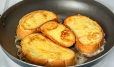 Pomysł na pyszne śniadanie: Chleb w jajku