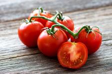 Warto jeść pomidory skropione oliwą i cytryną