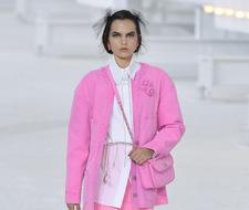 Najmodniejsze jeansy według Chanel mają kolor jaskrawego różu