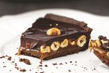 Tarta czekoladowa z karmelem i orzechami laskowymi
