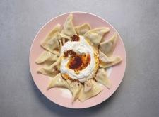 Patatesli mantı, czyli pierogi z farszem z pikantnych ziemniaków