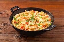 Błyskawiczny ryż z kurczakiem i warzywami
