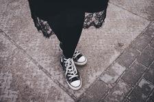 Z czym zestawić damskie buty sportowe?