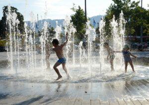 kąpiel w fontannie