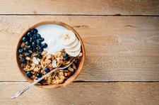 Domowa granola z orzechami i świeżymi owocami