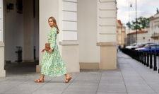 Pełne koloru, delikatne i zwiewne: najmodniejsze sukienki na lato 2021