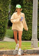 Hailey Bieber i jej letnie stylizacje