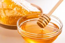 Jak odróżnić miód sztuczny od naturalnego? Poznaj trzy sposoby